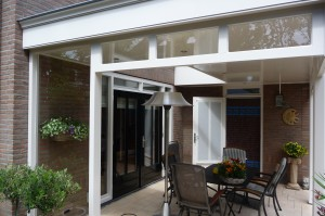 veranda met raampjes en kozijn voorzien van helder glas