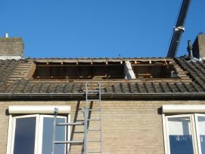 dakkapel gesloopt en raveling in het dak gezaagd